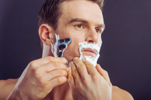 深剃りで毛の根本から髭を排除