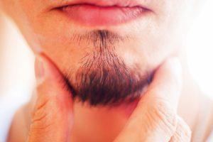 髭を抜く男性