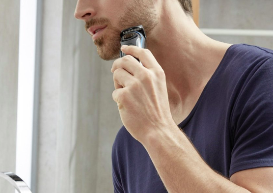 髭トリマーで髭全体の長さを整えていく