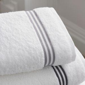 保冷剤やタオルで冷やそう