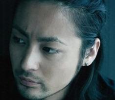 男らしい印象の直線的な眉毛
