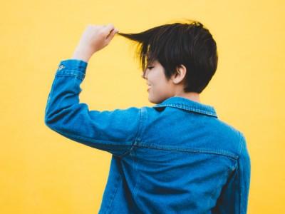 髪の毛をチェックする男性
