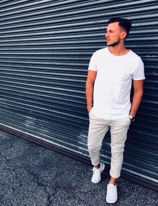 白Tシャツ×パンツ×白スニーカー