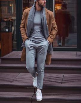 ベージュコート×グレーシャツ×薄いグレーパンツ