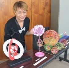 飯田水引コンテスト入賞作を示す審査委員長のおぐねぇー(2015年)