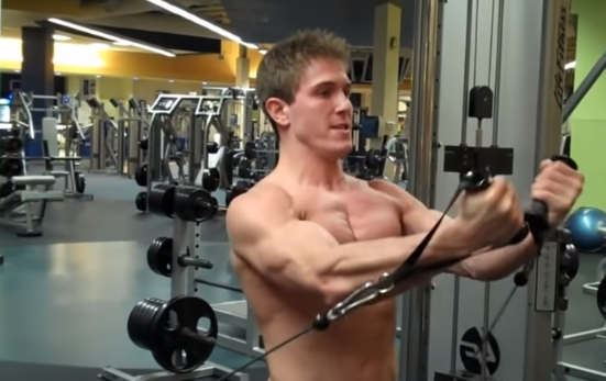 大胸筋上部を鍛える「ローケーブルフライ」