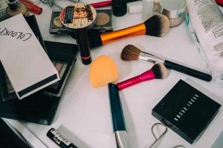 化粧品やファンデーションを落とす