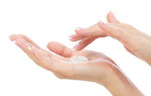 ステップ②:クレンジングを手に取り、少し温める