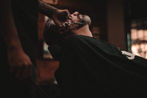 伸びきったヒゲを順剃りする