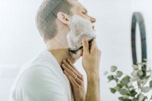 剃り残したヒゲを逆剃りする