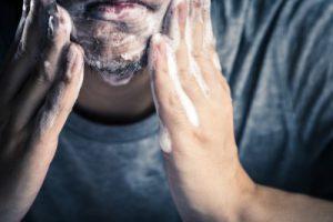 洗顔料やスクラブで皮脂や汚れを落とす