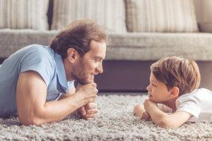 ①男性ホルモンや親の遺伝